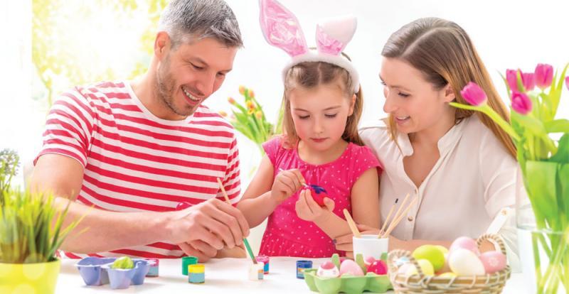 osterfest familie mit ostereier schatzsuche